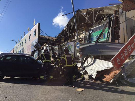 La pared cayó sobre un vehículo y derribó postes de electricidad. (Foto: @112cmadrid).