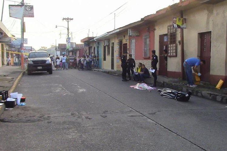 Peritos del Ministerio Público recaban evidencias en el área donde ultimaron a un hombre, en Mazatenango, Suchitepéquez. (Foto Prensa Libre: Melvin Popá)