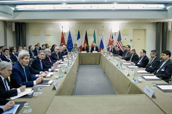 """Delegados de Irán y siete potencias mundiales siguen negociando los """"últimos temas que aún quedan pendientes. (Foto Prensa Libre:AFP)"""