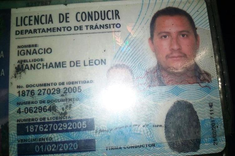 El motorista fue trasladado a un hospital en estado delicado.(Prensa Libre: Mario Morales)