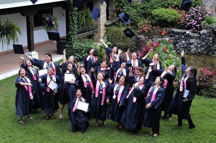 Las emprendedoras se graduaron recientemente y recibieron su diploma. (Foto Prensa Libre: Eduardo Sam)