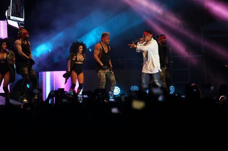 Al show del artista asistieron cientos de guatemaltecos quienes coreaban sus canciones (Foto Prensa Libre: Erick Avila)