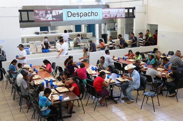 Vendedores y vecinos aprovecharon la reapertura del comedor social para almorzar y luego continuar con su jornada laboral. (Foto Prensa Libre: Mario Morales)