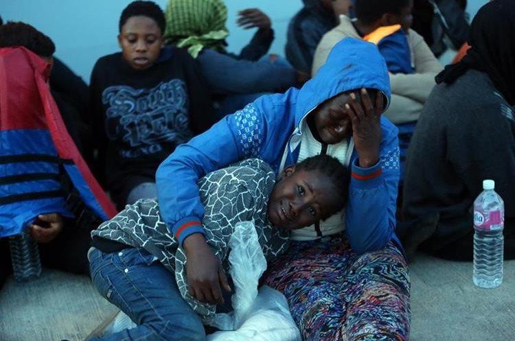 Desconsuelo y escenas de drama durante los rescates. (Foto Prensa Libre: AFP)