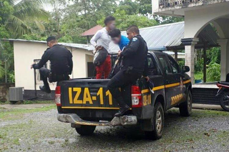 Los capturados fueron trasladados al Juzgado de Paz en Livingston, Izabal. (Foto Prensa Libre: Dony Stewart)