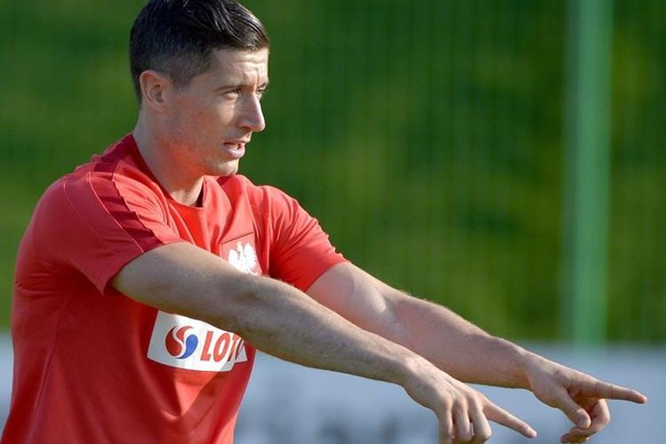 Robert Lewandowski es uno de los que encabeza el listado de jugadores que estará con la selección de Polonia. (Foto Prensa Libre: EFE)
