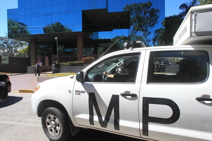 Allanamiento en oficinas de López Villatoro se extendió hasta horas de la noche del miércoles. (Foto: Estuardo Paredes)