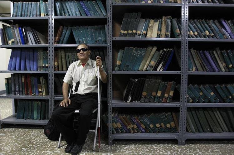Pluvio Anibal Escobar, de 65 años, quien vive en Bárcenas, Villa Nueva, cuenta que hace 10 años perdió la vista por un desprendimiento de córnea y que desde entonces asiste tres veces a la semana a la biblioteca. (Foto Prensa Libre: Carlos Hernández)