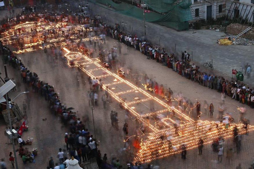 Nepalíes recuerdan el terremoto que hace un año devastó ese país. (EFE)