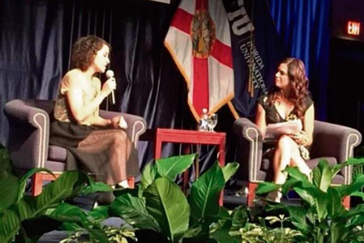 La guatemalteca conversó con la periodista Soledad O'Brien, en Florida. (Foto Prensa Libre: Tomada de Twitter /gaby_moreno).