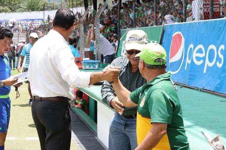 Saludo de los técnicos Mauricio Tapia y Ulises Sosa. (Foto Prensa Libre: Renato Melgar)