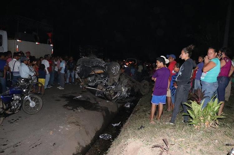 Curiosos observan cómo quedó uno de los vehículos que fueron arrollados por el tráiler sin frenos. (Foto Prensa Libre: Enrique Paredes).
