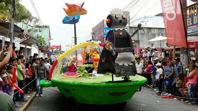Otro de los personajes de la caricatura de Los Supersónicos hizo vibrar a los niños que observaron el desfile. (Foto Prensa Libre: Melvin Popá)