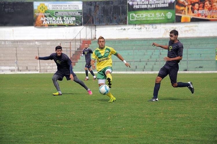 Coloniales y Miguelenses realizan su pretemporada de cara al torneo Apertura 2016. (Foto Prensa Libre: Carlos Vicente)