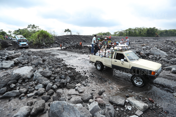Factores naturales dificultan a decenas de personas   salir a trabajar o recibir ayuda. Los vehículos quedan atascados. (Foto Prensa Libre: E. García)