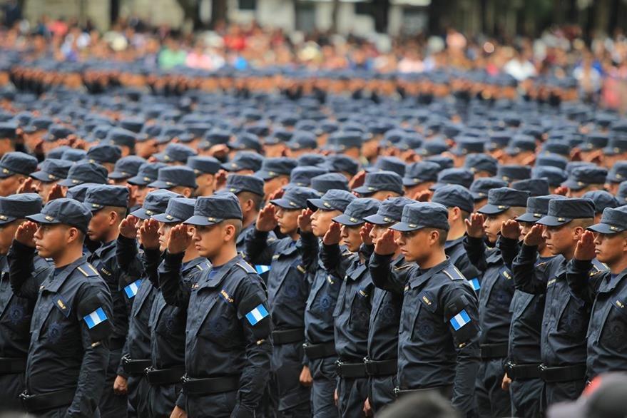 Graduación de agentes de la PNC como parte del incremento gradual de la fuerza policial. (Foto Prensa Libre: Hemeroteca PL)