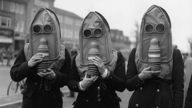 Reino Unido realizó simulacros de lanzamiento de gas lacrimógeno con sus ciudadanos en 1941, durante la Segunda Guerra Mundial. GETTY IMAGES