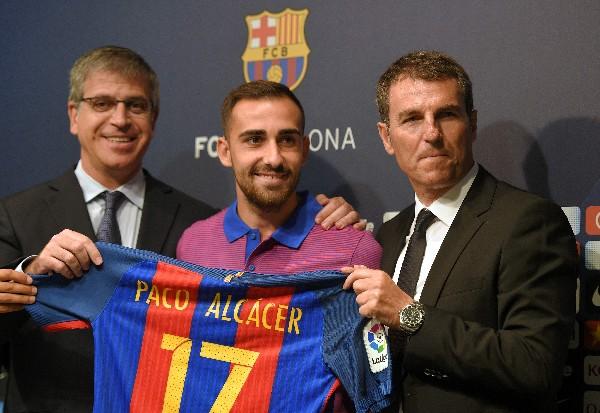 El valenciano Paco Alcácer aseguró que confía seguir creciendo al lado de Messi. (Foto Prensa Libre: AFP).