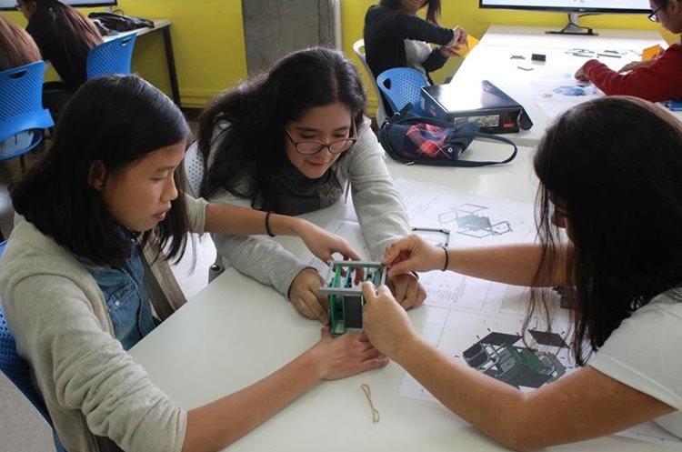 En el curso de vacaciones  que fue impartido a señoritas en UVG, las participantes armaron un CubeSat impreso en 3D. (Foto Prensa Libre, cortesía de Víctor Ayerdi)