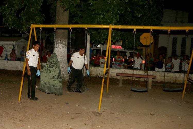 Socorristas resguardan cadáver de Juan Velásquez Rodas, en la zona 3 de la cabecera de Retalhuleu. (Foto Prensa Libre: Rolando Miranda)