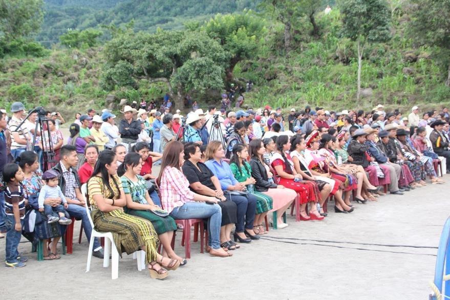 Unas 300 personas asistieron a la actividad, la cual se realizó en el cantón Panabaj, Santiago Atitlán. (Foto Prensa Libre: Ángel Julajuj)