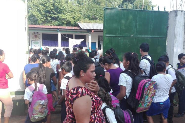 Maestros y alumnos ingresan a la Escuela del Cantón Cabañas, luego de que los docentes acordaran con los padres de familia reponer el tiempo que se perdió por el paro magisterial. (Foto Prensa Libre: Rolando Miranda)