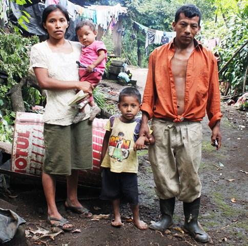 Juan García, junto a su esposa y sus dos hijos, en en Las Parcelas,  cabecera de Escuintla. (Foto Prensa Libre: Melvin Sandoval)