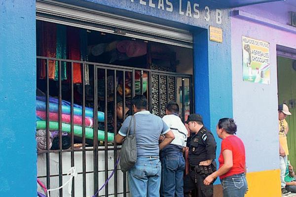 Familiares llegan al lugar del crimen, en la zona 1 de la ciudad de Escuintla. (Foto Prensa Libre: Melvin Sandoval)