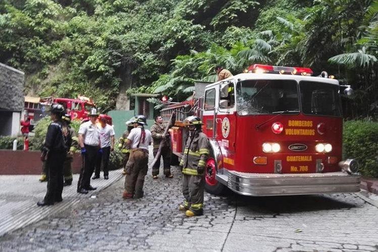 Varias unidades de los Bomberos Voluntarios llegan al edificio para atender la emergencia. (Foto Prensa Libre: Cortesía Bomberos Voluntarios)
