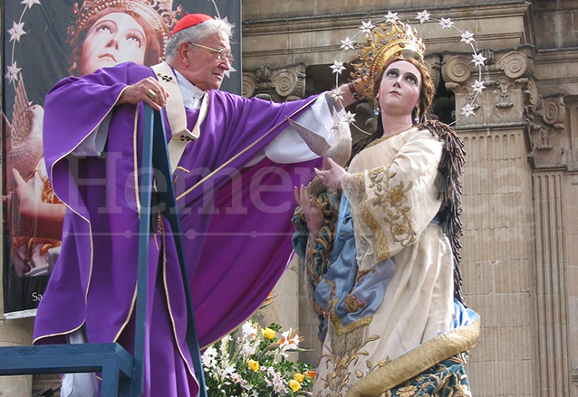 Monseñor Rodolfo Quezada Toruño corona pontificalmente la imagen de la Inmaculada de Catedral el 5 de diciembre de 2004. (Foto: Hemeroteca PL)