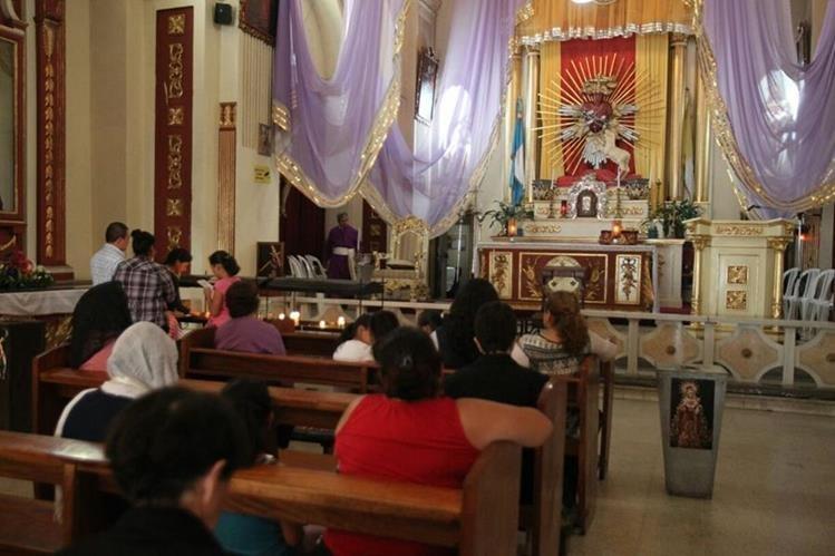 Fieles visitan el sagrario de la iglesia Beatas de Belén. (Foto Prensa Libre: Óscar Rivas)