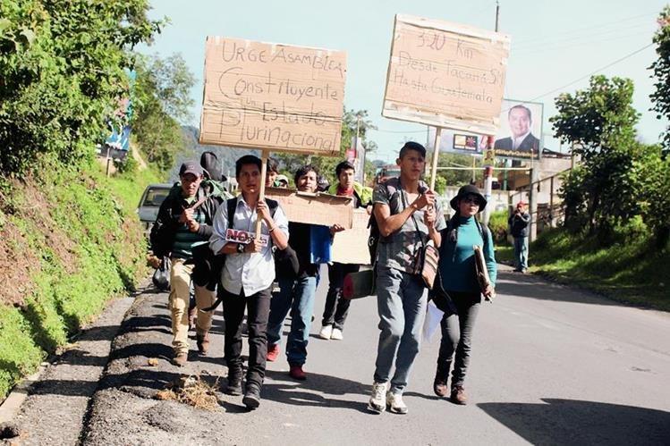 Grupo salió esta mañana de San Pedro Sacatepéquez. (Foto Prensa Libre: Aroldo Marroquín)