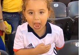 La pequeña Salomé canta con orgullo el himno colombiano. (Foto Prensa Libre: Instagram)