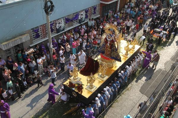 <p>La imagen  de la Virgen de Dolores fue llevada en hombros por unas dos mil 300 cargadoras, divididas en 47 turnos.</p>
