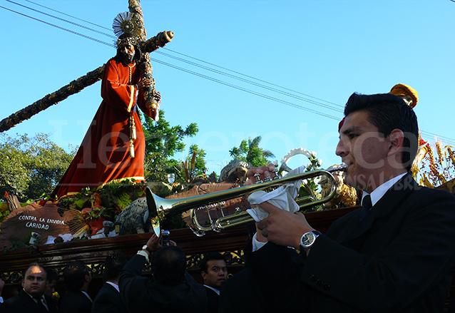 El toque del clarín en cada esquina es signo especial de esta procesión desde que iniciara en 1955. (Foto: Hemeroteca PL)