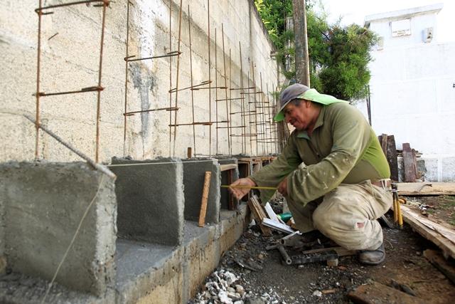 La comuna de Mixco construye una sección de osarios. (Foto Prensa Libre: Carlos Hernández)