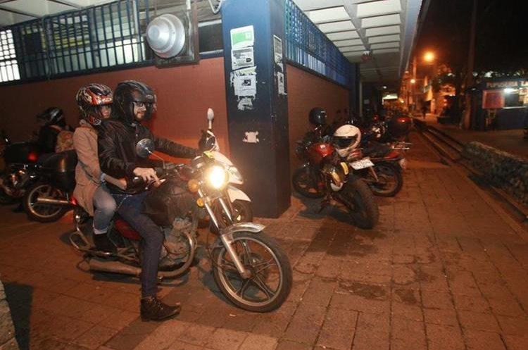 El incremento de motocicletas complica la movilidad de estudiantes entre los edificios de las unidades académicas del campus central. (Foto Prensa Libre: Hemeroteca PL)