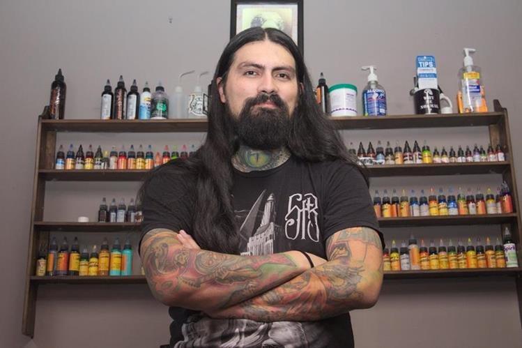 Rubén Barahona es uno de los tatuadores más destacados de Guatemala. (Foto Prensa Libre: Pablo Juárez Andrino)