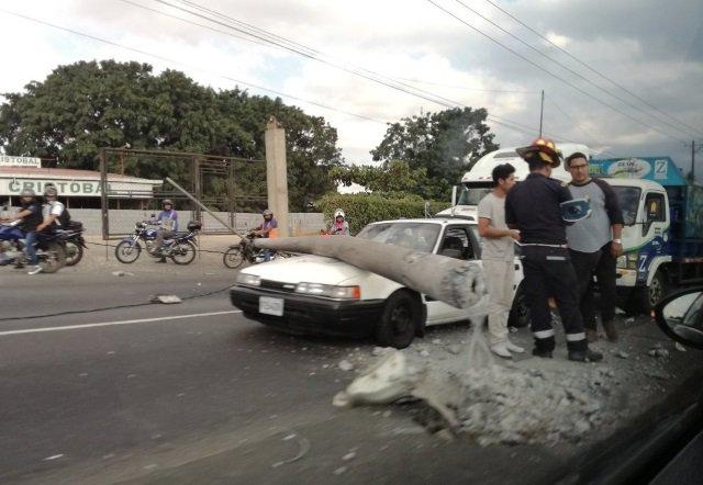 Sobre un vehículo sedán y un tráiler cayó el poste de electricidad producto de un auto que perdió el control. (Foto Prensa Libre: Hemeroteca PL)