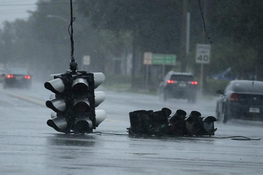 Unos semáforos en Florida fueron derribados por los fuertes vientos. (Foto Prensa Libre: AP).