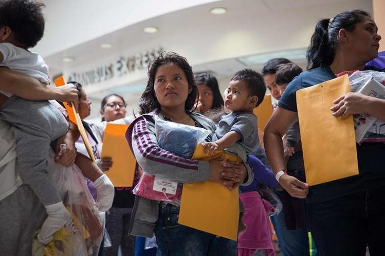 Un grupo de inmigrantes esperan para dirigirse a un centro de socorro cercano de Catholic Charities en McAllen, Texas. (AFP)