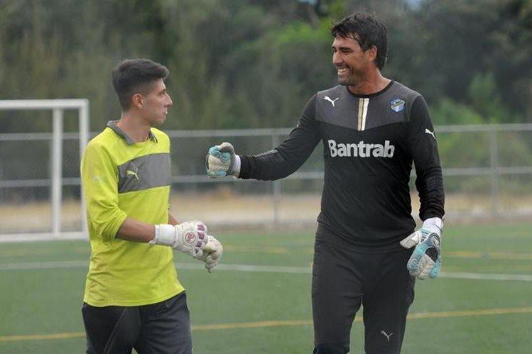 Luis Pedro Molina (derecha) espera una oportunidad en Comunicaciones. (Foto Prensa Libre: Jeniffer Gómez)