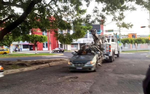 Automovil que fue explosionado por supuestos terroristas en San Salvador. Foto: @uhprensagrafica