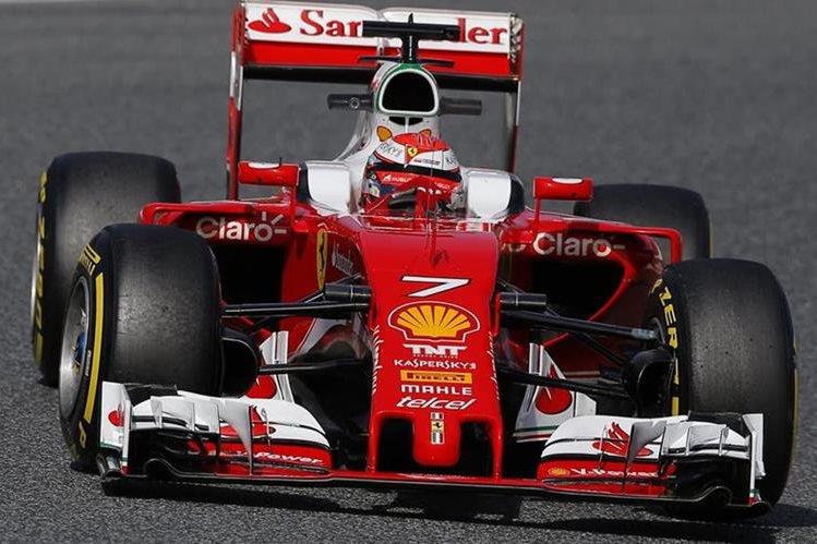 El piloto finlandés Kimi Raikkonen, del equipo Ferrari, durante los entrenamientos oficiales de Fórmula Uno. (Foto Prensa Libre: AP)