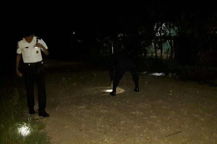 Miembros de la PNC recaban evidencias en el lugar donde ocurrió el ataque armado. (Foto Prensa Libre: Rigoberto Escobar).