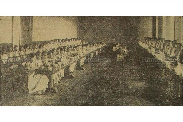Una vista del antiguo comedor en el entonces hospicio nacional, donde se aprecia la pulcritud y uniformidad de las alumnas, al momento de ingerir sus alimentos. (Foto: Hemeroteca PL)