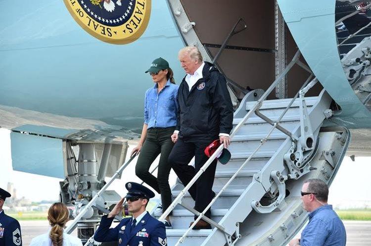 Pareja presidencial aterrizan en Ellington Field en Houston, Texas para realizar recorrido por la zona devastada por Huracán Harvey.