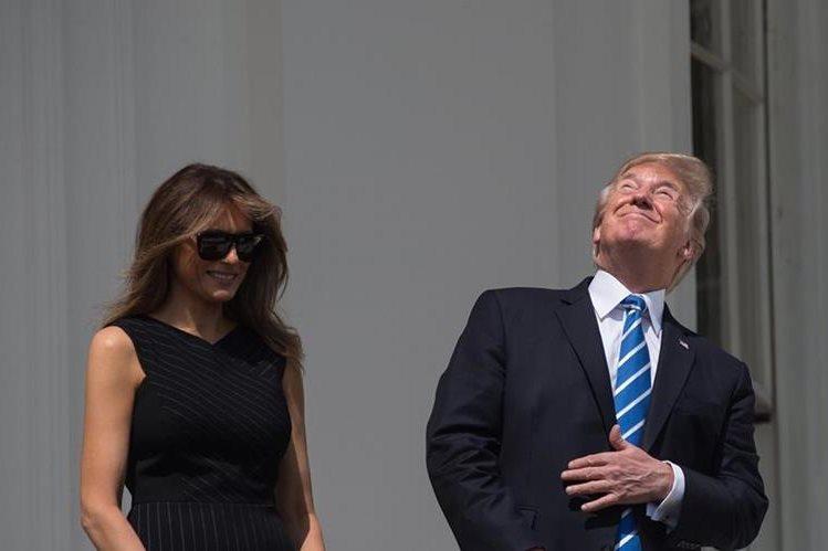 Trump desoye las recomendaciones para observar el eclipse. (Foto Prensa Libre: AFP)