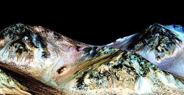 Imagen de la Nasa muestra vetas oscuras y estrechas, a cien metros de longitud llamados recurrentes lineae pendiente que fluye cuesta abajo en Marte.
