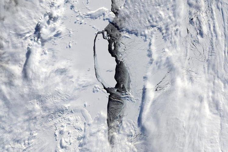 Científicos obtuvieron primeras imagenes iluminadas por el Sol del iceberg que se desprendió del segmento Larsen C en julio último.(Foto Prensa Libre:EFE).